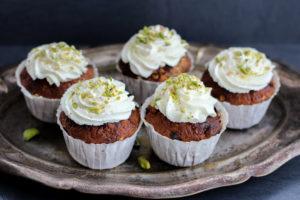 Muffins mit Ricottacreme auf Tablett