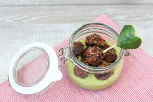 Quinoa-Kugerl und Erbsenhummus