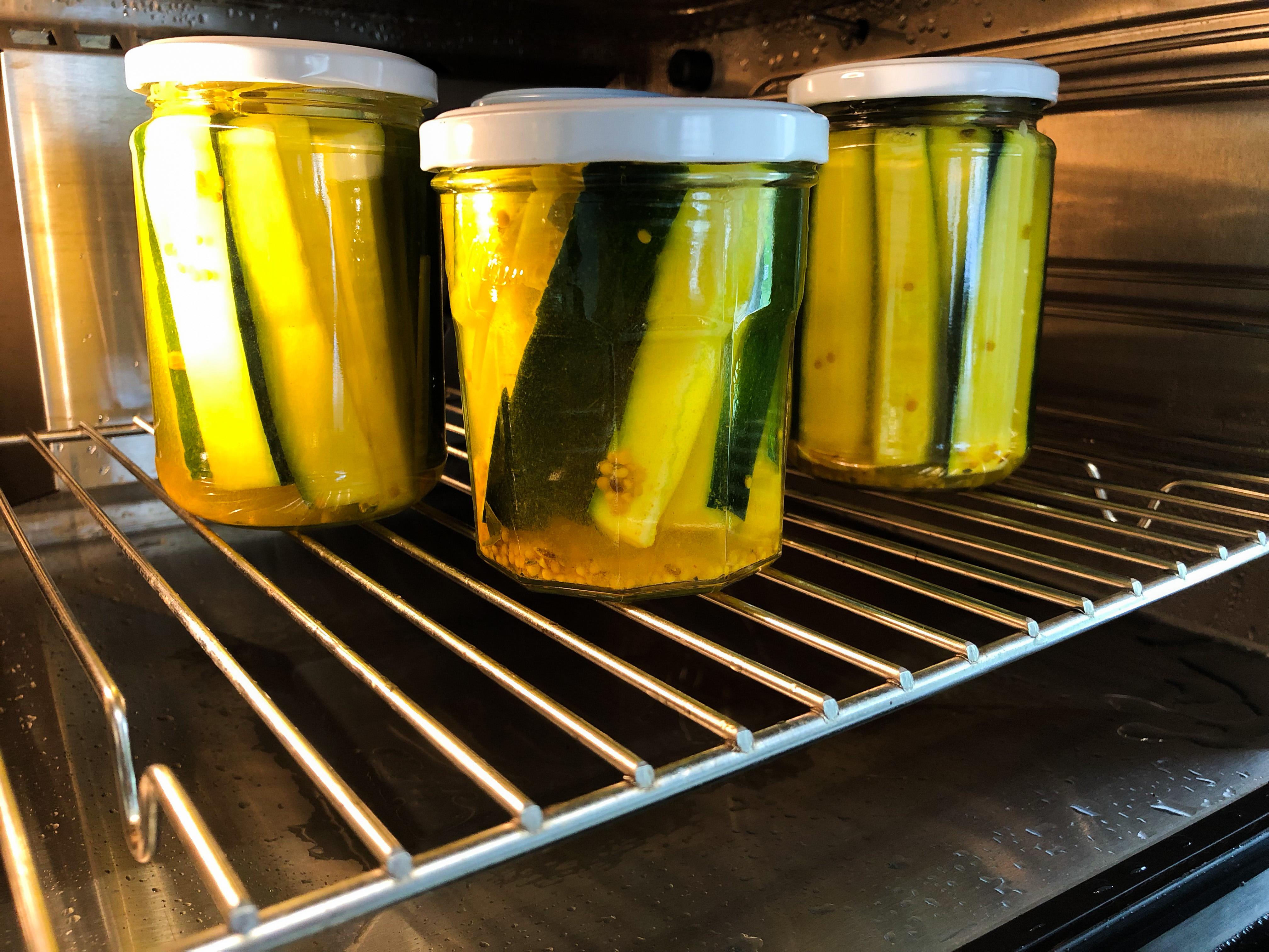 Zucchinistreifen eingelegt