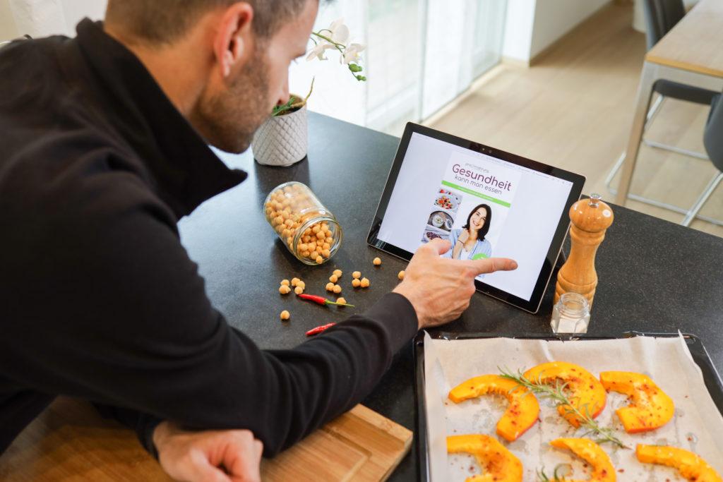 Gesundheit auf Rezept auf dem Tablet in der Küche