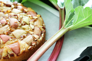Rhabarber-Bananenkuchen mit Rhabarberstangen