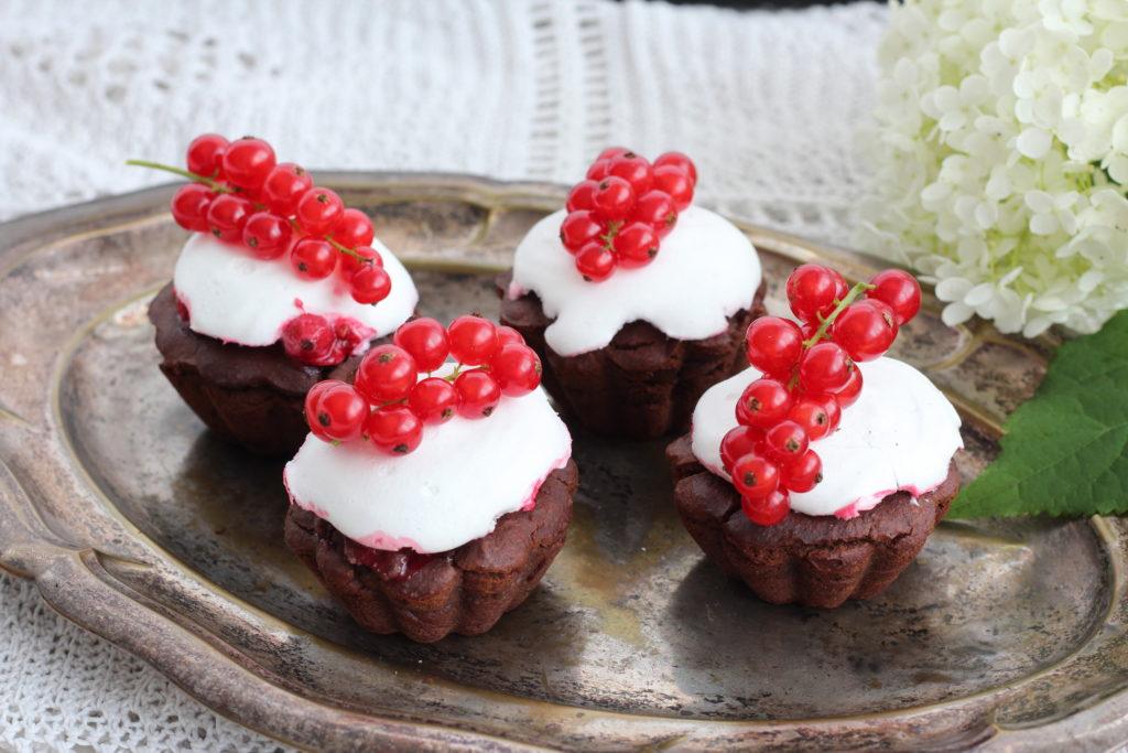Vegane Muffins mit Ribisel und Aquafaba-Baiser