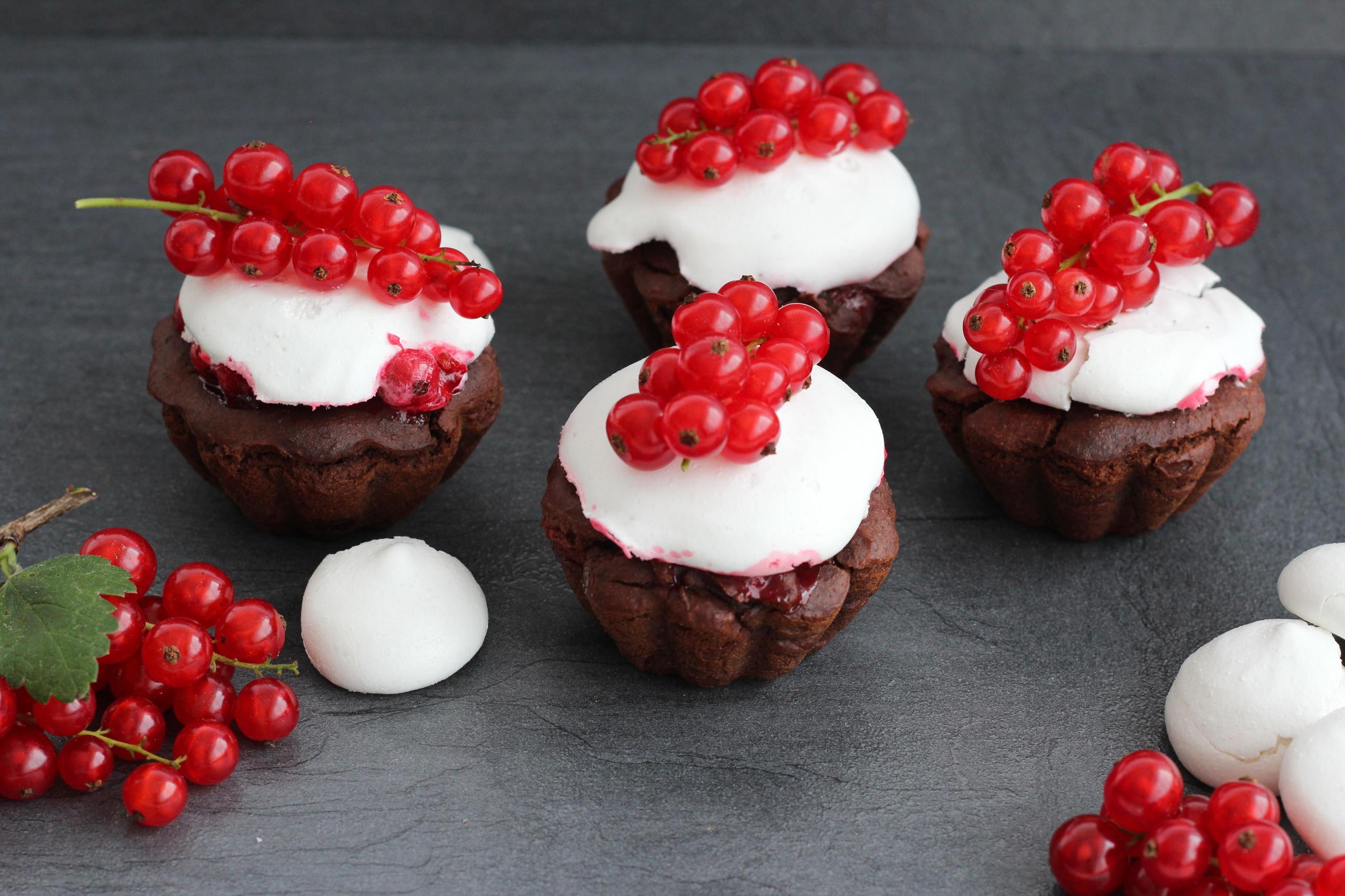 vegane Muffins mit Ribisel und Aquafaba Baisers