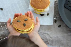 Kürbispancakes in den Händen meiner Tochter Sophia
