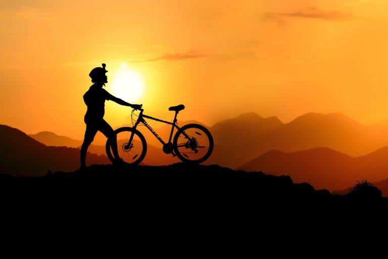 Mountainbiker Sonnenuntergang Sporternährung