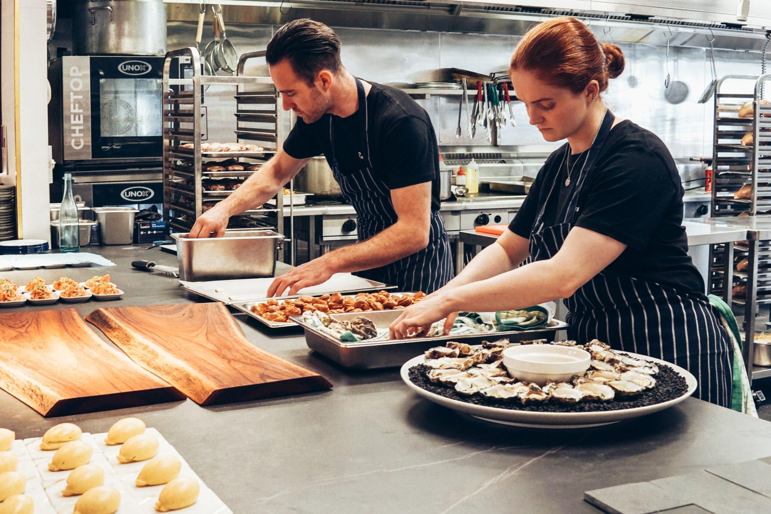 betriebsrestaurant zwei Personen kochen