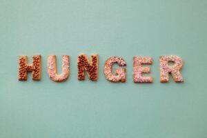 Wort Hunger geschrieben mit Keksen